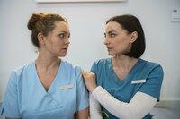 Nach der Schlägerei der beiden Oberärzte, die Ella (Ines Quermann, l.) indirekt ausgelöst hatte, versucht Nora ihre Kollegin zu trösten (Mimi Fiedler).