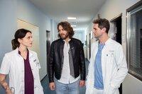 Dr. Leonie Mertens (Linda Marlen Runge) und Dr. Sebastian Sander (Oliver Franck, r.) erklären Fabian (Frederik Götz, M.) die Auswirkungen der Verletzungen.