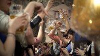 """ARD/rbb ALKOHOL – DER GLOBALE RAUSCH, am Montag (04.01.21) um 22:20 Uhr im ERSTEN. Alkohol: Kein Stoff der Welt ist uns so vertraut und in seiner Wirkung so unglaublich vielfältig. Man bekommt ihn überall - und er beeinflusst alle 200 Milliarden Neuronen des menschlichen Gehirns. Doch kaum jemand bezeichnet Alkohol trotz seiner psychoaktiven und Zellen zerstörenden Wirkung als Droge. Aber warum lassen wir den Tod von jährlich drei Millionen Menschen weltweit einfach so zu? - Oktoberfest. © rbb/EIKON Filmproduktion & Miramonte Film , honorarfrei - Verwendung gemäß der AGB im engen inhaltlichen, redaktionellen Zusammenhang mit genannter rbb-Sendung bei Nennung """"Bild: rbb/EIKON Filmproduktion & Miramonte Film """" (S2+). rbb Presse & Information, Masurenallee 8-14, 14057 Berlin, Tel: 030/97 99 3-12118 oder -12116, pressefoto@rbb-online.de"""