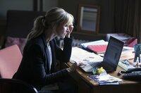 Leah (Katherine Kelly) bricht im Studentenzimmer ihrer Kontrahentin ein.