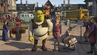 Als Shrek (M. l.) mit dem gesuchten Arthur (M. r.) heimkehrt, wartet auf ihn eine Neuigkeit, die ihn in einen tiefen Schock versetzt: Fiona hat in der Zwischenzeit drei kleine Shreks zur Welt gebracht ...