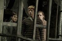 Lord Voldemorts Faust schließt sich immer enger um die Welt der Muggels und der Zauberer - sogar in Hogwarts ist man nicht mehr so sicher wie früher: Neben ersten Verliebtheiten müssen sich Harry (Daniel Radcliffe, l.), Hermine (Emma Watson, r.) und Ron (Rupert Grint, M.) dem bösen Lord und seinen Todessern stellen ...