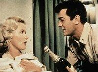 Leutnant Evans (Tony Curtis) versucht sich bei Barbara (Dina Merrill) mit erstklassigem Champagner lieb Kind zu machen.