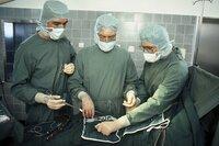 Dr. Sager (Robert Atzorn) scheint seiner Aufgabe bei der Operation nicht gewachsen zu sein (Klausjürgen Wussow, Sascha Hehn).