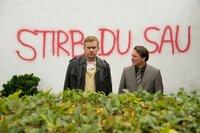 Nach einer bedrohlichen Wandschmiererei bittet Schuldirektor Höpfl (Robert Palfrader, rechts) Polizeihauptmeister Franz Eberhofer (Sebastian Bezzel) um Hilfe.