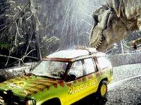 Neugierig beschnuppert der T-Rex den Geländewagen des Forscherteams.