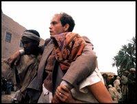 Port (John Malkovich) wurde sein Pass gestohlen und gleichzeitig befällt ihn ein heimtückisches Fieber. Aber er und Kit (mit Kopftuch: Debra Winger) fassen den Entschluss, trotzdem noch tiefer in die Sahara, an einen noch abgelegeneren Ort weiter zu reisen.