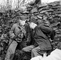 Nach langen Jahren der Zusammenarbeit haben Miss Marple (Margaret Rutherford, l.) und ihr treuer Freund und Partner in Crime Jim Stringer (Stringer Davis, r.) gelernt, dass das erste Gebot in der Verbrecherjagd ist: Lass dich nicht erwischen!