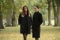 L-R: Holly McStay (Synnove Karlsen) und Georgia Cunningham (Aisling Franciosi)