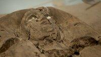In der kargen Wüste Nord-Ägyptens entdeckte ein Forschungsteam eine Pyramide mit einer versiegelten Grabkammer. Wenn Archäologen sie öffnen, kommt ein antiker Tatort zum Vorschein.   Die Verwendung des sendungsbezogenen Materials ist nur mit dem Hinweis und Verlinkung auf TVNOW gestattet.; In der kargen Wüste Nord-Ägyptens entdeckte ein Forschungsteam eine Pyramide mit einer versiegelten Grabkammer. Wenn Archäologen sie öffnen, kommt ein antiker Tatort zum Vorschein.   Die Verwendung des sendungsbezogenen Materials ist nur mit dem Hinweis und Verlinkung auf TVNOW gestattet.