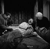 Eine schmerzliche Therapie: Dr. Quimper (Arthur Kennedy, l.) geht ganz und gar nicht zimperlich mit seinem Patienten Luther Ackenthorpe (James Robertson Justice, M.) um. Miss Marple (Margaret Rutherford, r.) steht der ganzen Angelegenheit eher skeptisch gegenüber ...