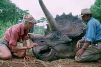 """Die Forscher Dr. Ellie Sattler (Laura Dern) und Dr. Alan Grant (Sam Neill) helfen einem kranken Saurier im """"Jurassic Park"""" auf der Isla Nublar."""