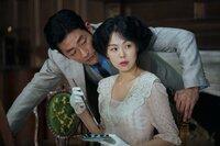 Graf Fujiwara (Ha Jung-woo) versteht es, Frauen zu umwerben. Doch Lady Hideko (Kim Min-hee) scheint für seine Künste wenig empfänglich.