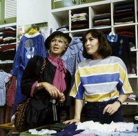 Bille (Maria Sebaldt, l.) besucht Angi (Thekla Carola Wied, r.) in ihrer Kinderboutique. Sie will wissen, wie es um die Ehe von Angi und Werner bestellt ist.