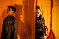 Entführt auf einem fliegenden Schiff, muss Peter (Levi Miller, l.) für den finsteren Piratenkapitän Blackbeard (Hugh Jackman, r.) schuften. Kann ihm die Flucht mit Hilfe seiner neuen Freunde gelingen?