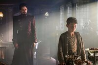 Der mutige Peter (Levi Miller, r.) hat weder Angst vor großen Abenteuern, noch vor dem bösen Piratenkapitän Blackbeard (Hugh Jackman, l.) ...