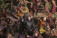 Die mit magischen Bewohnern bevölkerte Welt namens Nimmerland leidet unter der Macht des bösen Piraten Blackbeard (Hugh Jackman, M.). Kann der unerschrockene Peter helfen, sie von der Herrschaft des schrecklichen Piratenkapitäns zu befreien?