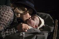 Als seine Mutter (Amanda Seyfried) Peter in die Obhut eines Waisenhauses gibt, steckt sie ihm einen Brief, mit dem Versprechen, dass sie sich eines Tages wiedersehen, zu ...