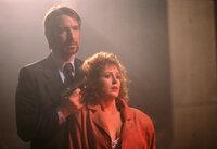Hans Gruber (Alan Rickman, l.); Holly Gennaro McClane (Bonnie Bedelia, r.)