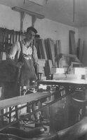 Andreas Lidl in seiner Werkstatt Ende der 1940er Jahre.
