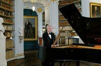 Der ungarische Pianist András Schiff in der barocken Anna-Amalia-Bibliothek in Weimar