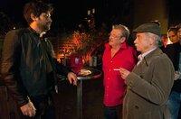 Günter (Wolfgang Winkler, M.) und Edwin (Tilo Prückner, r.) wollen undercover im Club ermitteln. Doch sie kommen erst an Türsteher New Ulcus (Jasin Challah, l.) vorbei, als sie die Polizeimarke zücken.