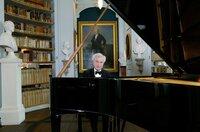 Wie versiert er am Flügel ist, stellt der Pianist András Schiff bei diesem Studiokonzert in Weimar ein weiteres Mal unter Beweis.