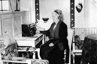 Selma Lagerlöf vor ihrem Radio auf Mårbacka