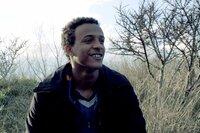Jared entkam den libyschen Lagern. Nun möchte er nach Großbritannien, um dort zu studieren und seine Schwester wiederzusehen.