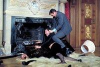 James Bond (Sean Connery, r.) liefert sich einen wilden Kampf mit einem verkleideten SPECTRE-Agenten in einem französischen Schloss.