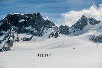 Die Gruppe und die Fernseh-Crew unterwegs am Col de Charmotane auf dem riesigen Otemma-Gletscher.