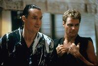 Terry Silver (Thomas Ian Griffith, l.) und John Kreese (Martin Kove) sind für ihren gewalttätigen und unbarmherzigen Kampfstil bekannt.