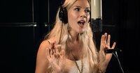 """Joss Stone singt ihre Version von """"Stille Nacht""""."""