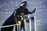 Der galaktische Bösewicht Darth Vader (David Prowse) stellt für Luke, Han und die Prinzessin eine raffinierte Falle auf ...
