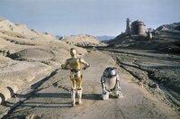 Im kosmischen Kampf gegen das Böse setzen R2-D2 (Kenny Baker, r.) und C-3PO (Anthony Daniels, l.) ihre besonderen Waffen ein ...