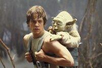 """Jedi-Meister Yoda (Frank Oz, r.) versucht, Luke (Mark Hamill, l.) den einzig legitimen Gebrauch der """"Macht"""" nahezubringen ..."""