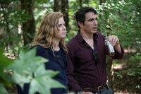 L-R: Camille Preaker  (Amy Adams) und Detective Richard Willis (Chris Messina)