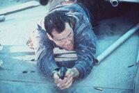 John McClane (Bruce Willis) nimmt die Dinge gern selbst in die Hand: Während andere nur reden, muss er rumballern ...