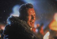 Als der Colonel Stuart mit seinem Terrorkommando den Airport von Washington besetzt, bemerkt nur der Polizist McLane (Bruce Willis), der seine Frau abholen wollte, das Drama hinter den Kulissen. Doch niemand schenkt ihm Glauben ...
