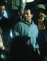 Um einen südamerikanischen Diktator und Drogenbaron befreien zu können, terrorisiert der fanatische Choleriker Colonel Stuart (William Sadler) den Flughafen von Washington ...