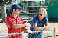 """Wer wird die diesjährige Jugend-Baseball-Meisterschaft für sich entscheiden? Die """"Yankees"""" mit ihrem überheblichen Trainer Roy Bullock (Greg Kinnear, l.) oder die """"Bears"""" unter Führung von Ex-Baseball-Profi Morris Buttermaker (Billy Bob Thornton, r.)?"""