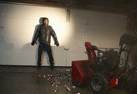 Gangster Hughes (Eddie Steeples) wird von einer Falle aus Murmeln fast zu Fall gebracht ...