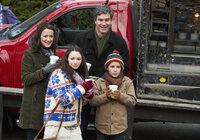 Während Curtis (Doug Murray, hinten r.) und Catherine Baxter (Ellie Harvie, hinten l.) eine Weihnachtsfeier genießen, haben Finn (Christian Martyn, vorne r.) und Alexis (Ellie Harvie, vorne l.) zu Hause mit einigen Schwierigkeiten zu kämpfen ...