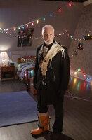 Einbrecher Sinclair (Malcolm McDowell) schaut ganz schön doof aus der Wäsche, denn die Fallen des zehnjährigen Finn haben ihre Spuren hinterlassen ...