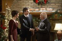 Während Curtis (Doug Murray, 2.v.l.) und Catherine Baxter (Ellie Harvie, l.) sich auf einer Weihnachtsparty von ihrem Chef Mr. Carson (Ed Asner, r.) vergnügen, müssen sich ihre Kinder Zuhause mit einer Gruppe von Einbrechern herumschlagen ...