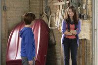Finn (Christian Martyn, l.) bittet seine große Schwester Alexis (Jodelle Ferland, r.) um Beistand, denn er will nicht alleine in die Garage ihres neuen Hauses gehen. Soll in dieser doch der Geist eines alten Gangsterbosses spuken ...