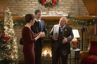 Wenn die wüssten, was Zuhause los ist: Curtis (Doug Murray, 2.v.l.) und Catherine Baxter (Ellie Harvie, l.) besuchen eine Weihnachtsparty von ihrem Chef Mr. Carson (Ed Asner, r.) nichtahnend, dass ihre Kinder in großer Gefahr schweben ...