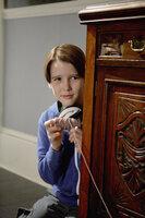 Finn (Christian Martyn) weiß, wie er den Einbrechern bei sich daheim das Handwerk legen kann ...