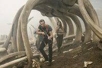 James Conrad (Tom Hiddleston, l.); Mason Weaver (Brie Larson, r.)
