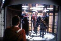 Wer hätte gedacht, dass die klingonische Elite je einen Fuß auf die Enterprise setzen würde? Captain James T. Kirk (William Shatner, li.) empfängt Kanzler Gorkon (David Warner, 2.v.r.) und sein Gefolge zu den vielversprechenden Friedensverhandlungen.
